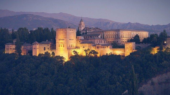 Alhambra Experiencias en grupo reducido premium. Visita nocturna y diurna