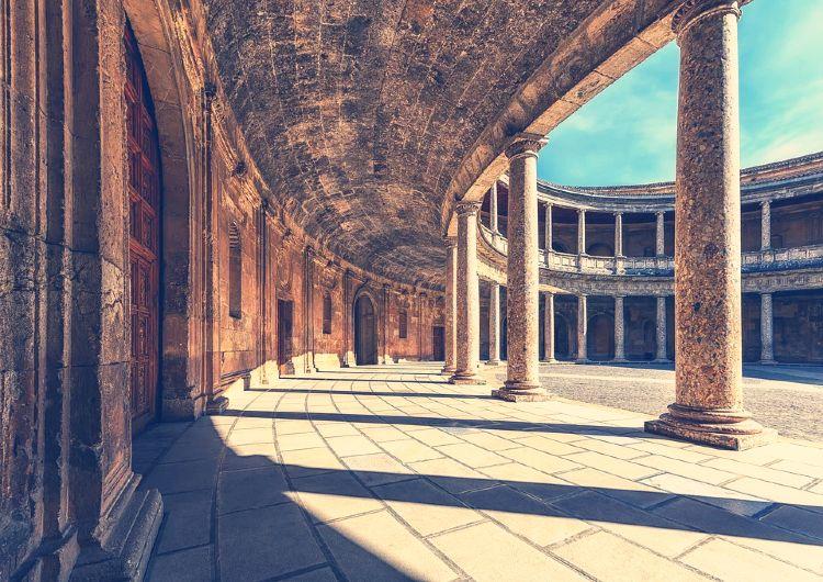 San Valentin en Granada. Interior del Palacio de Carlos V, Alhambra.
